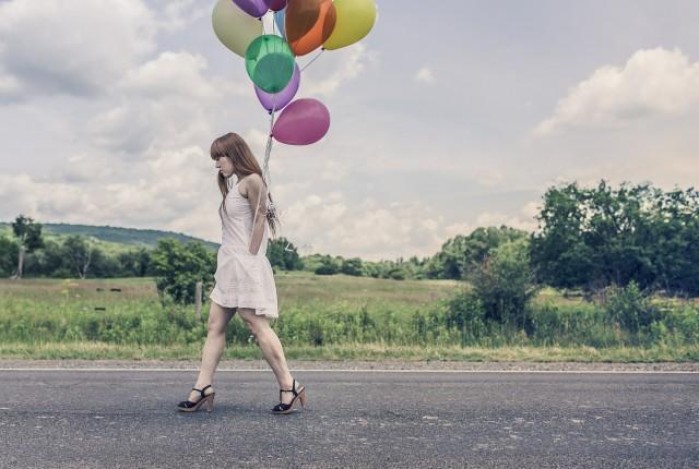 Una donna che cammina e non guarda - forse ha un'attacco di panico e non sa cosa fare