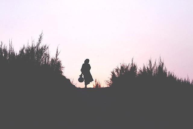 Una donna che prende passi e ha tempo da sola per conoscersi meglio