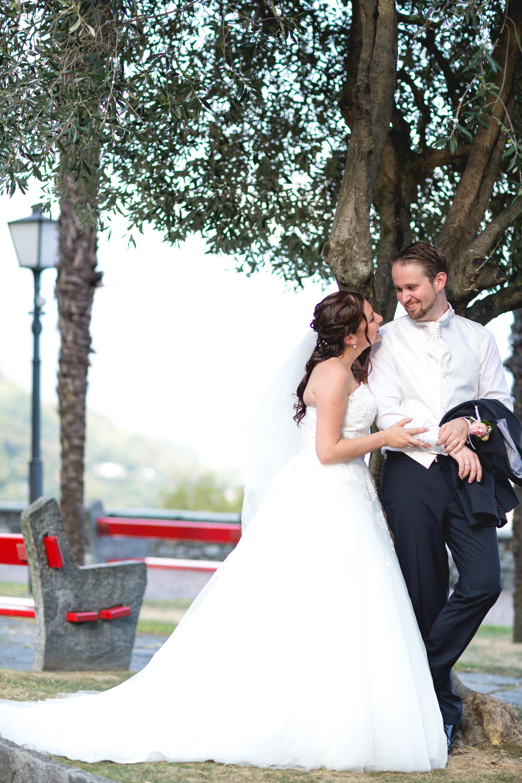 Sposi in posa sotto l'ulivo a Ronco Sopra Ascona