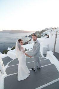 Sposi davanti al paese di Oia a Santorini