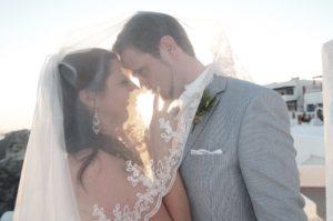 Sposi sotto il velo della sposa