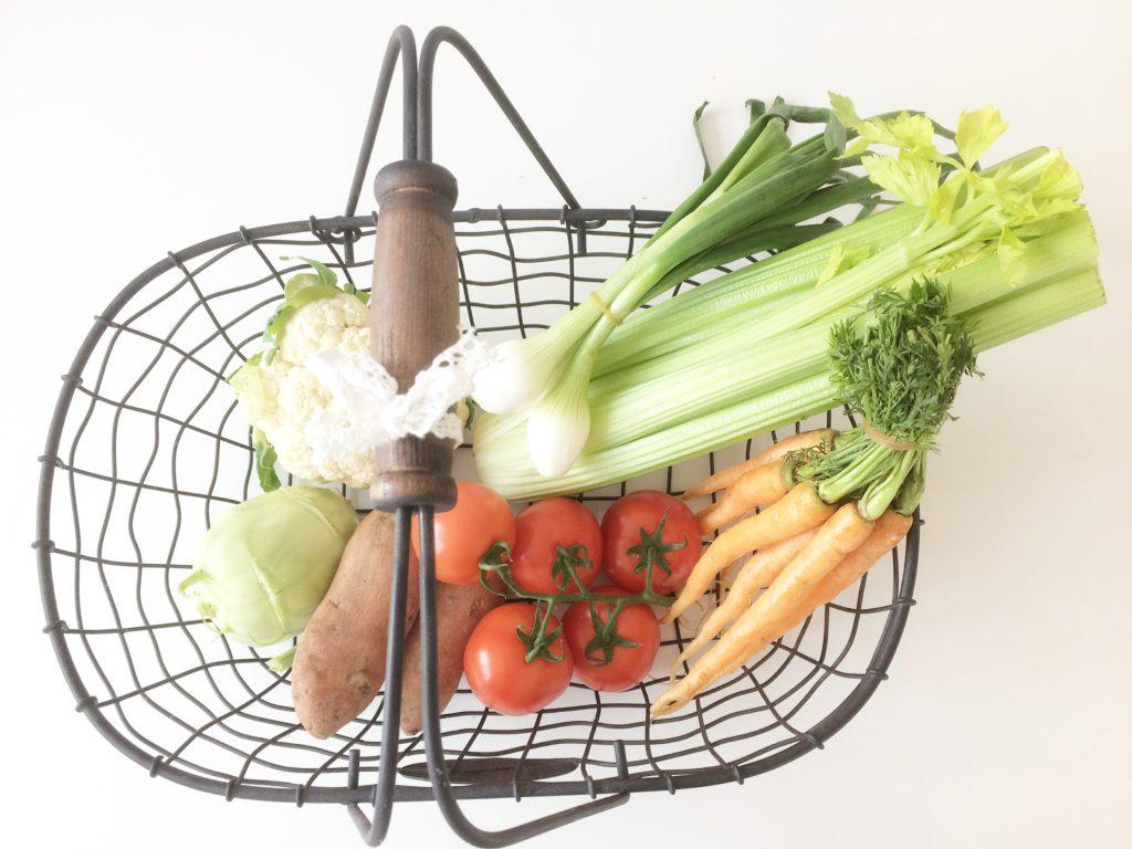 cestino di verdura fresca dal mercato