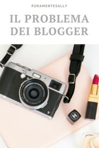 Macchina fotografica retro e rossetto rosso