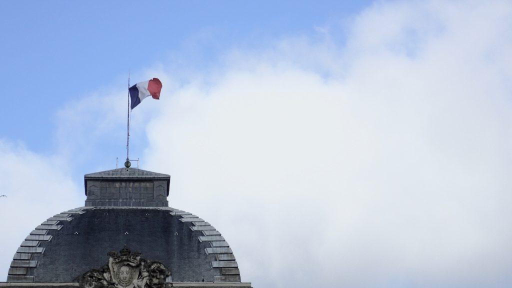 La bandiera francese al vento